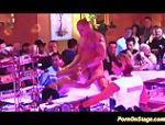 Porno auf der Bühne stripper gefickt auf der Party in dem Bar
