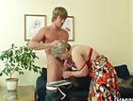 Er bohrt seinen Schwanz tief in ihre alte, rasierte Möse