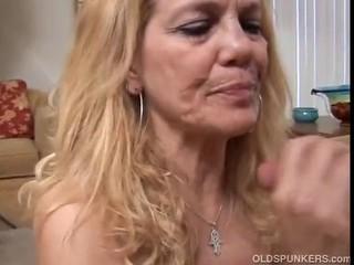 Reife Blondine lässt ihre feuchte Fotze glühen