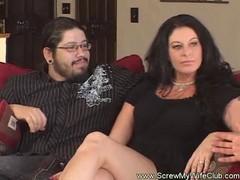 Perverser Mann hat seine Frau an einen Unbekannten ausgeliehen