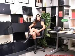 MILF Sekretärin lässt die Sau so richtig raus