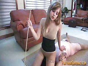 MILF und ihre Tochter dominieren ein männliches Schwein